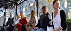 De izquierda a derecha, José Manuel Caldevilla, Nélida Gómez, Marisa Ponga, Mónica Oviedo y Ana Urdambidelus (Cocemfe) y Delia Campomanes (concejala de Urbanismo del Ayuntamiento de Mieres), ayer, en una marquesina del HUCA, la primera con pegatina de filtro de protección solar. L. CARADUJE